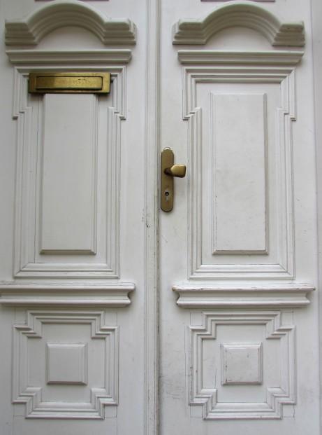 Dveře starého bytového domu