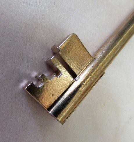 částečně vyřezaný klíč dotrezoru
